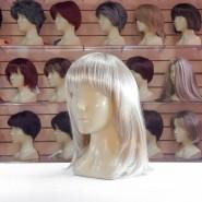 Искусственный парик светлого цвета