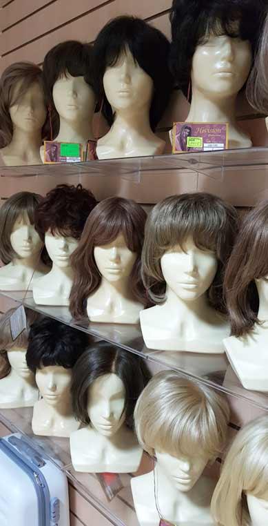 Полки в магазине париков. Parik-parik.ru